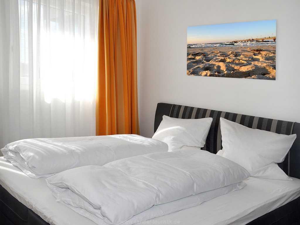 Schlafzimmer mit einem geräümigen Kleiderschrank