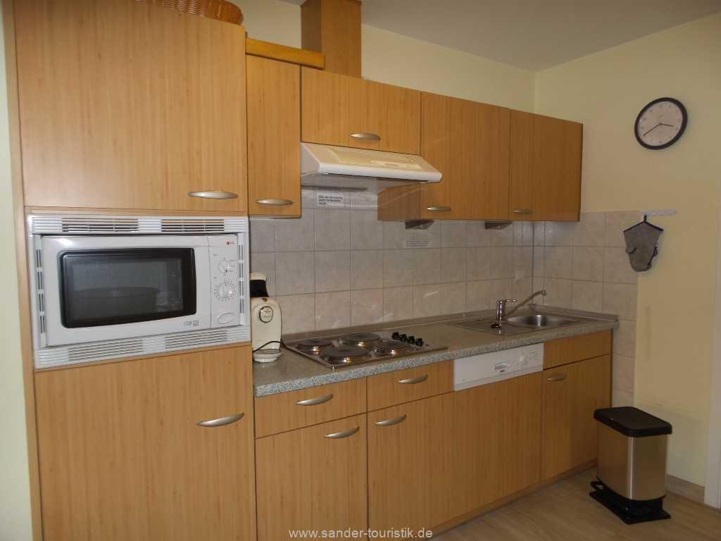 Moderne Küchenzeile mit Spülmaschine und Mikrowelle - Binz