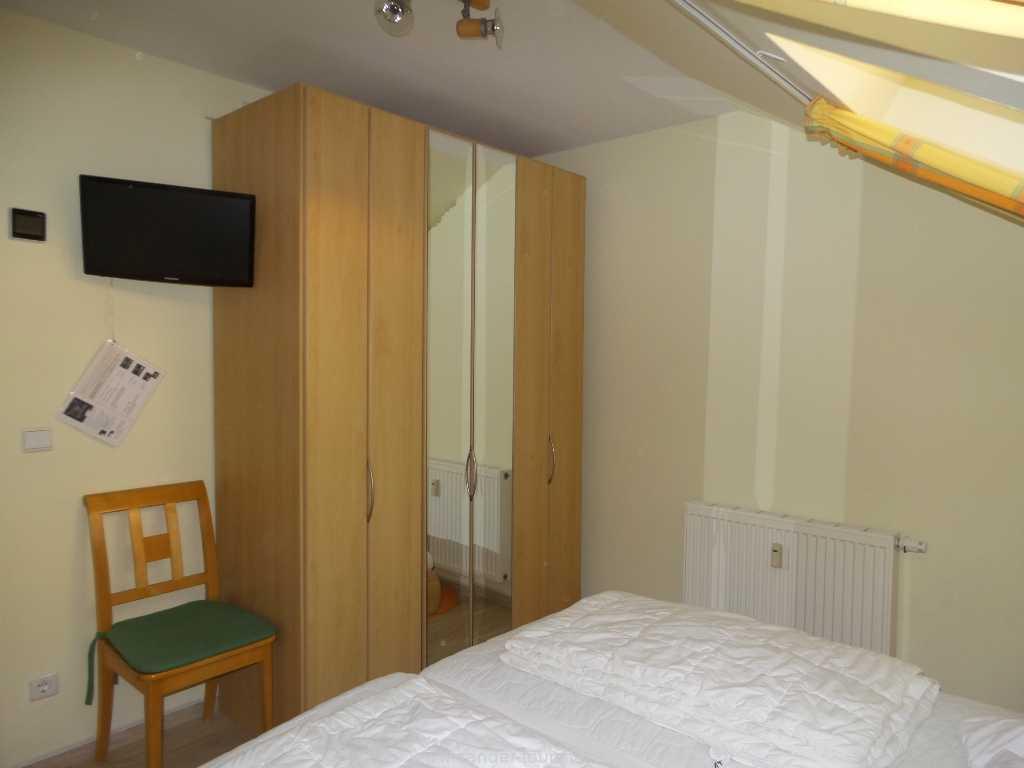 geräumiger Schlafzimmerschrank mit Spiegeltüren