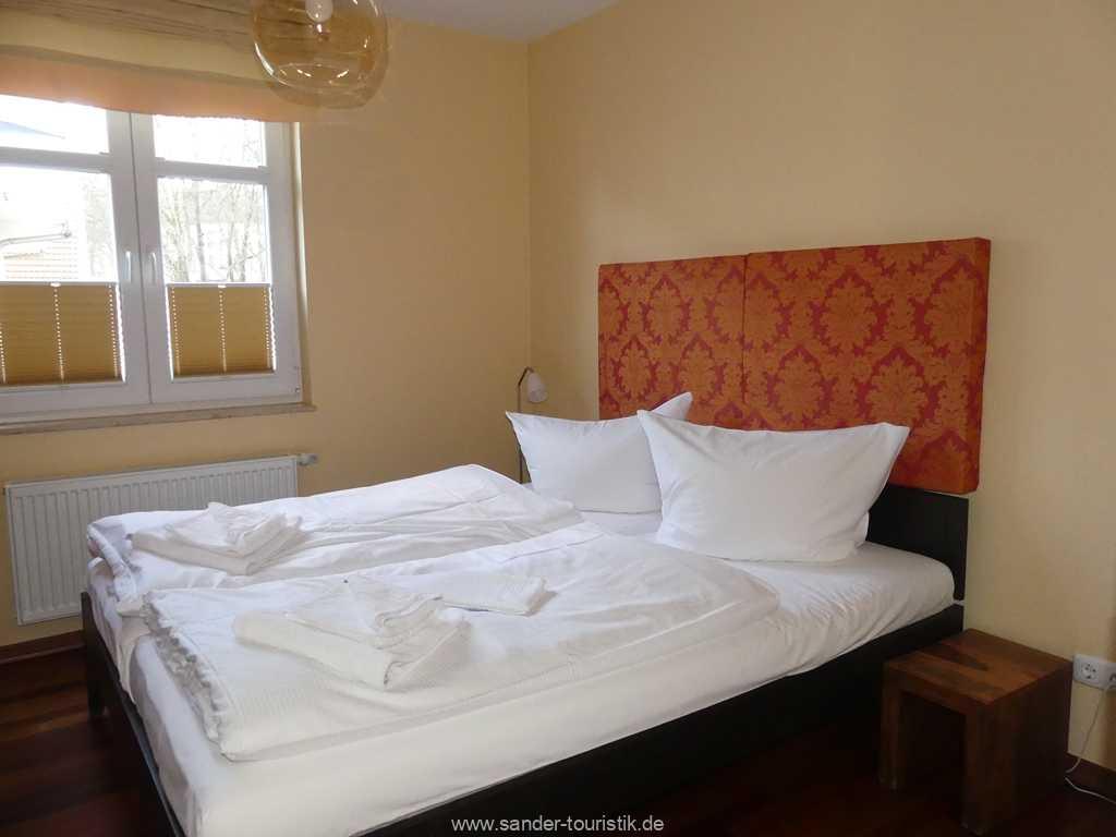 Doppelbett-Schlafzimmer mit TV in Binz