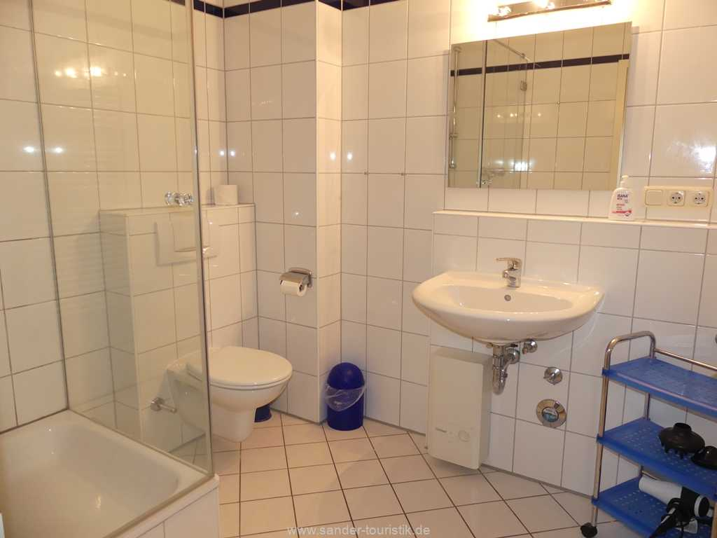 Badezimmer mit Dusche / WC und Fön in Binz