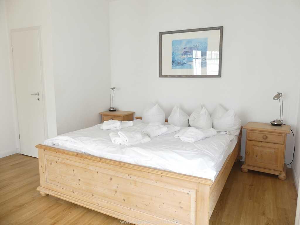 Großes und helles Doppelbett-Schlafzimmer