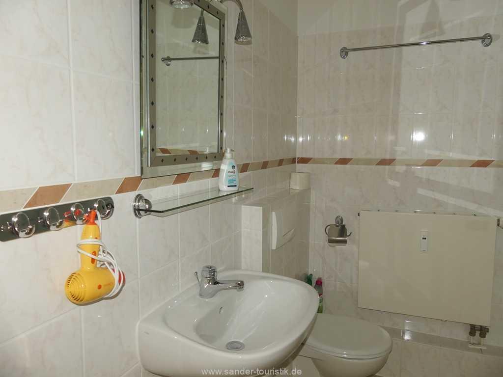 Geräumiges Badezimmer mit einer großen Dusche, WC, Waschtisch - Bella Rosa in Binz