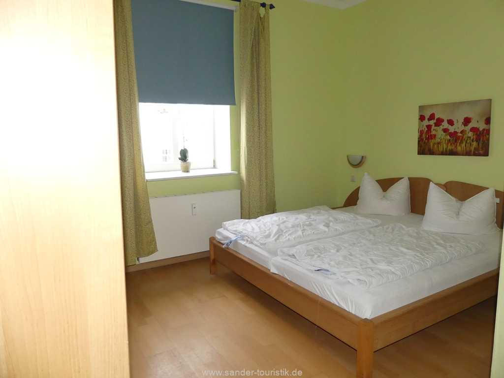 Schlafzimmer mit Fernseher und separatem WC - Binz