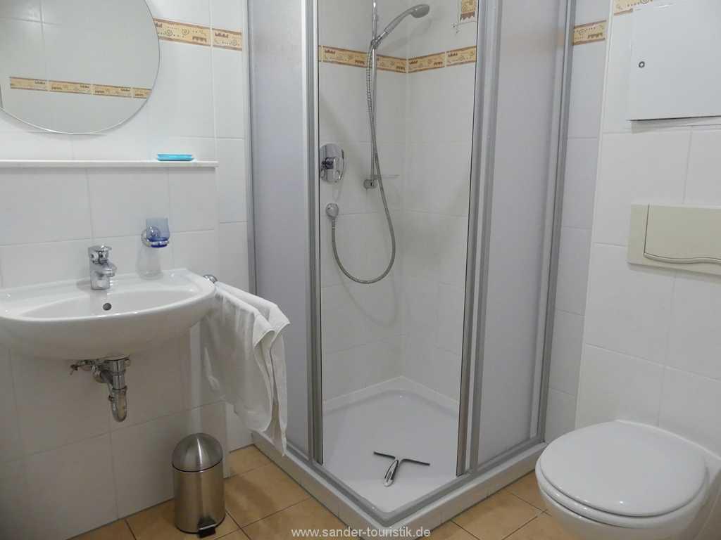 Badezimmer mit Dusche und WC - Haus Kranich