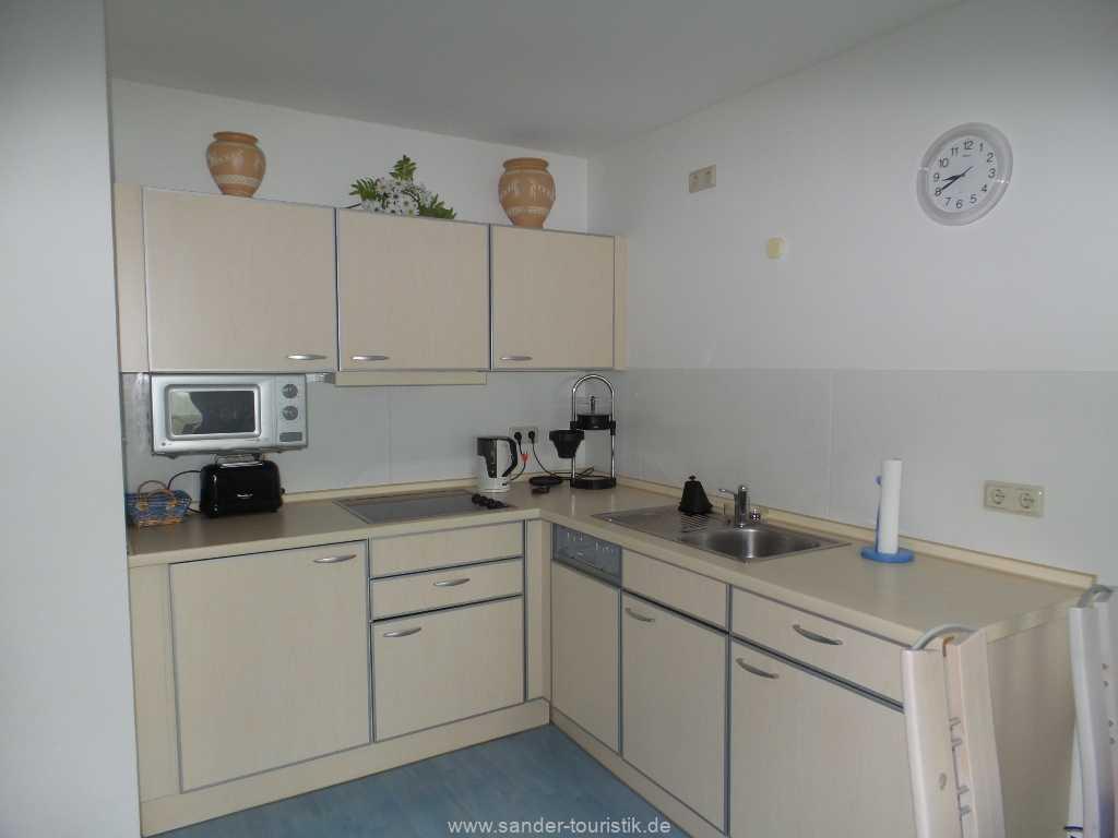 Moderne Küchenzeile mit Spülmaschine und Mikrowelle-Binz