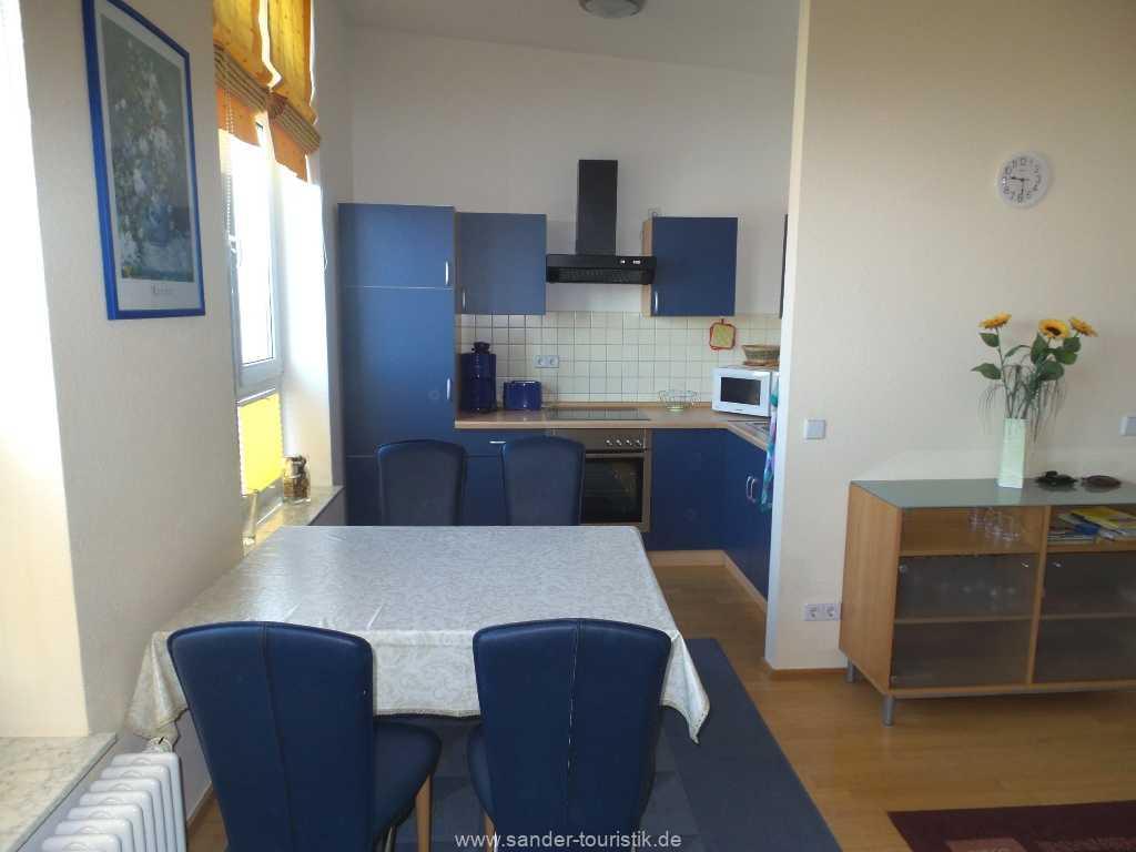 Blick auf die offene Küche mit davor gelagertem Essplatz für 4 Personen - Fewo Seestern