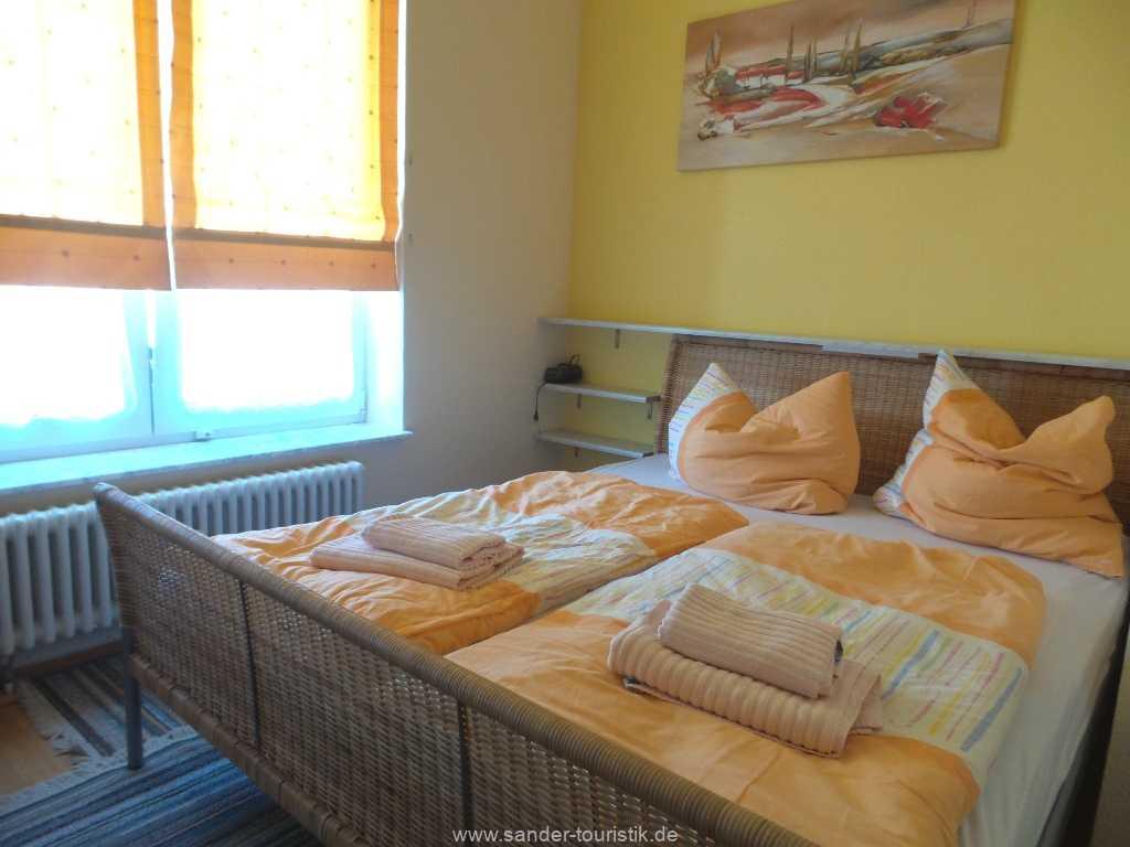 Schlafzimmer mit  breitem Doppelbett - Fewo Seestern - Binz