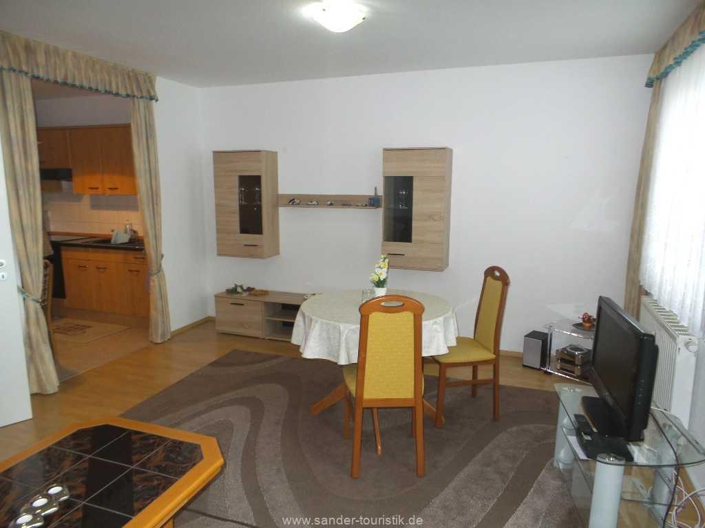 Blick vom Wohnbereich auf die offene Küche - FeWo Seemuschel - Binz