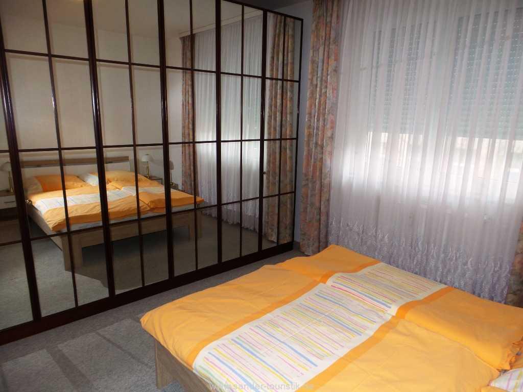großer geräumiger Schlafzimmerschrank mit Spiegelfront - Binz
