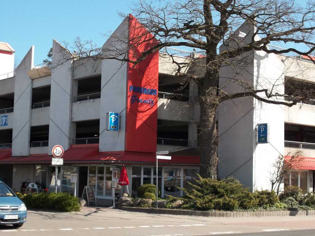 Kostenfreier PKW-Stellplatz im Parkhaus Wylichstraße (ca. 150 m vom Haus entfernt)