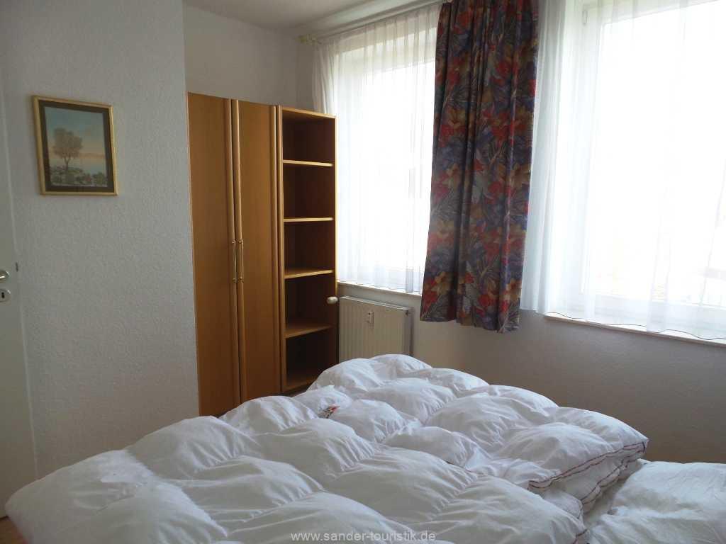 Kleiderschrank im Schlafzimmer mit viel Stauraum - Villa Seerosen