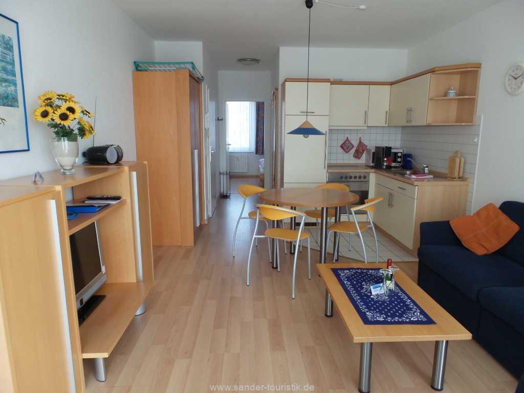 Blick auf den Wohnbereich mit integrierter Küchenzeile- Binz