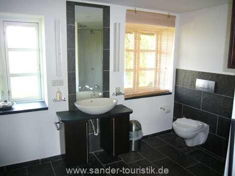 Bad Parterre mit Dusche, WC und Waschbecken