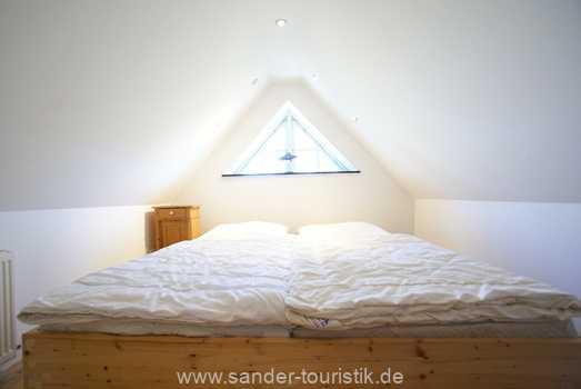Doppelbett-Schlafzimmer im Dachgeschoss