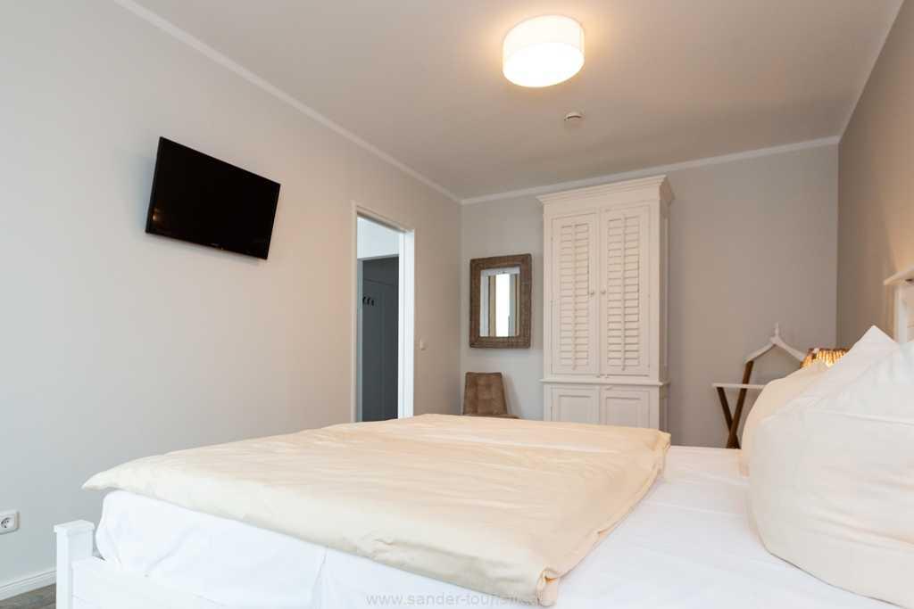 Foto der Wohnung RUG-20-201-46-belvital-binz-schlafzimmer-tv.jpg