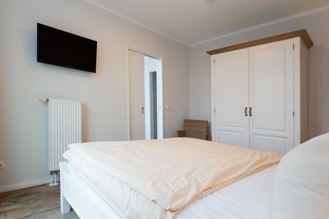 Foto der Wohnung RUG-20-301-44-belvital-binz-schlafimmer-tv.jpg
