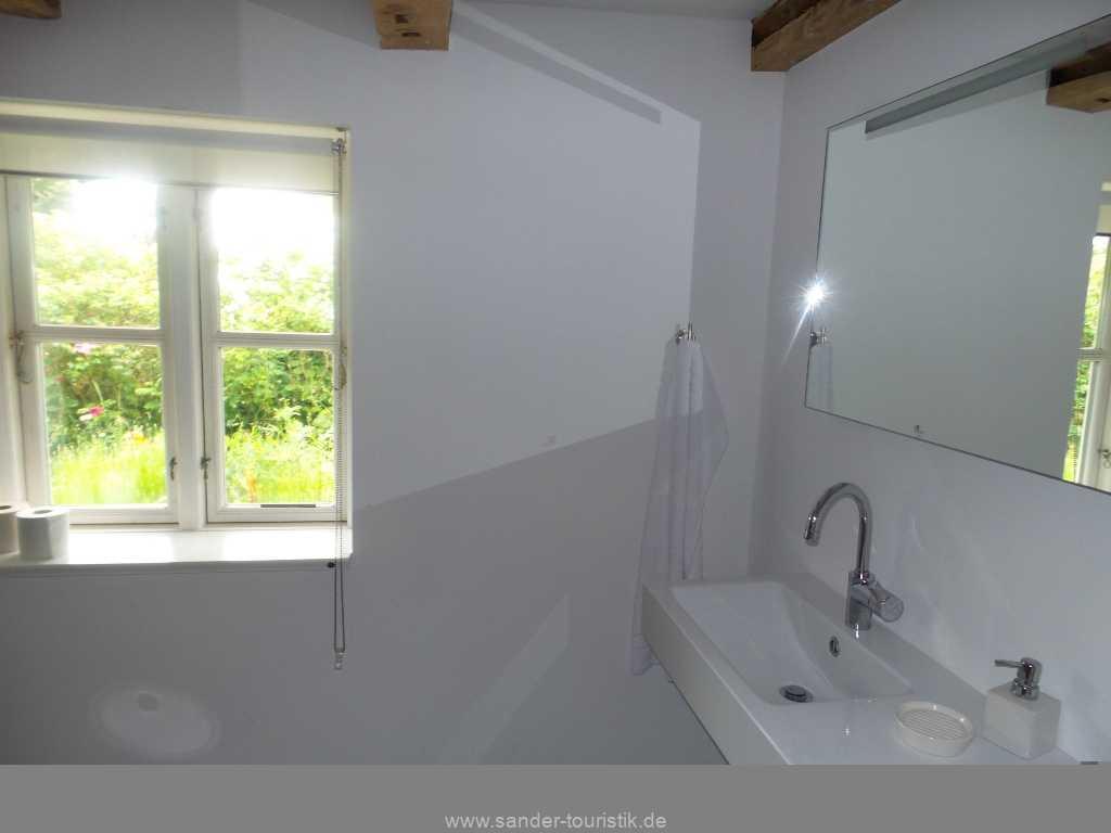 Bad mit großem modernen Handwaschbecken - Mönchgut