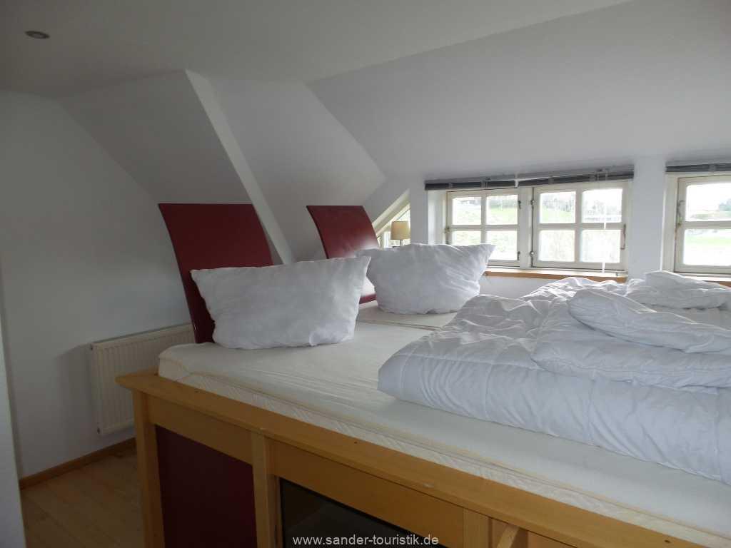 2. Schlafzimmer mit Doppelbett und Blick aus dem Fenster - Mönchgut