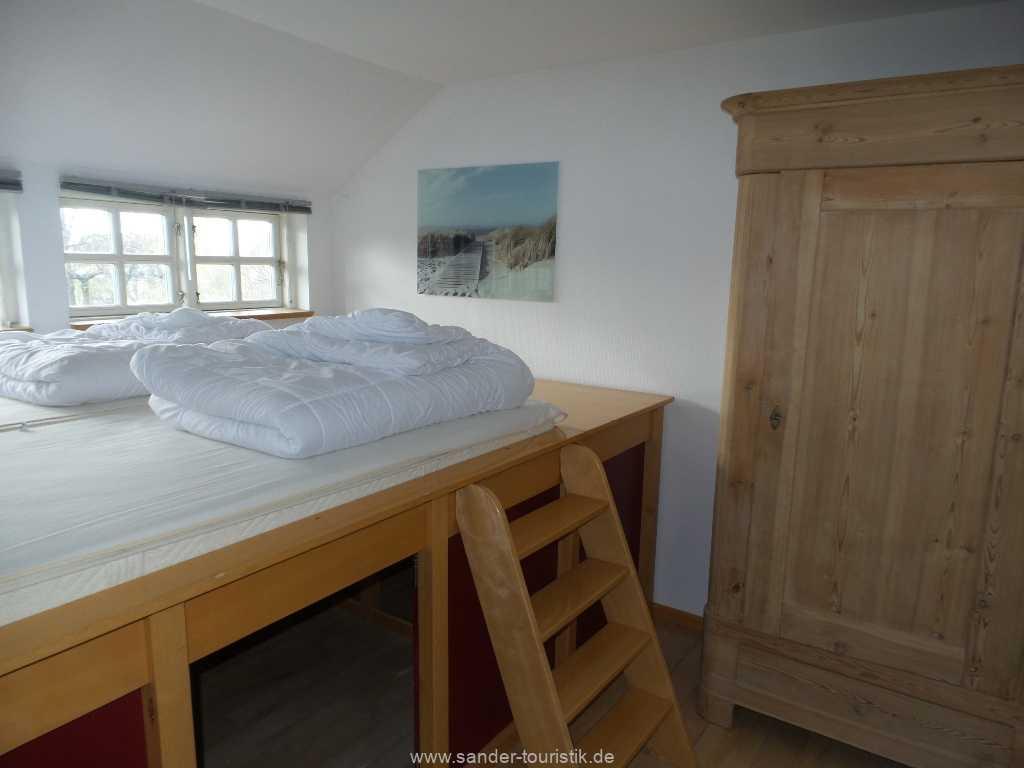 2. Schlafzimmer mit hohem Bett und Stufenzugang - Boddenblick - Mönchgut