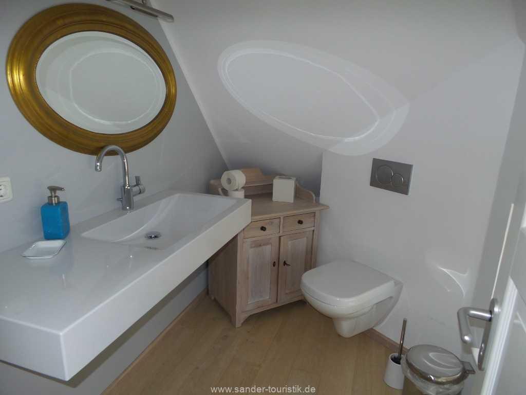 Toilette mit großem Waschbecken im Obergeschoss