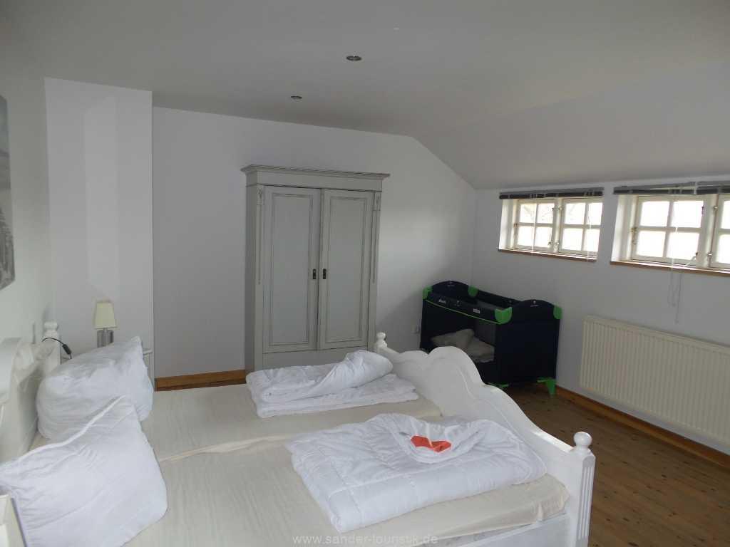 1. Schlafzimmer mit Doppelbett  und Kinderbett - Boddenblick - Mönchgut