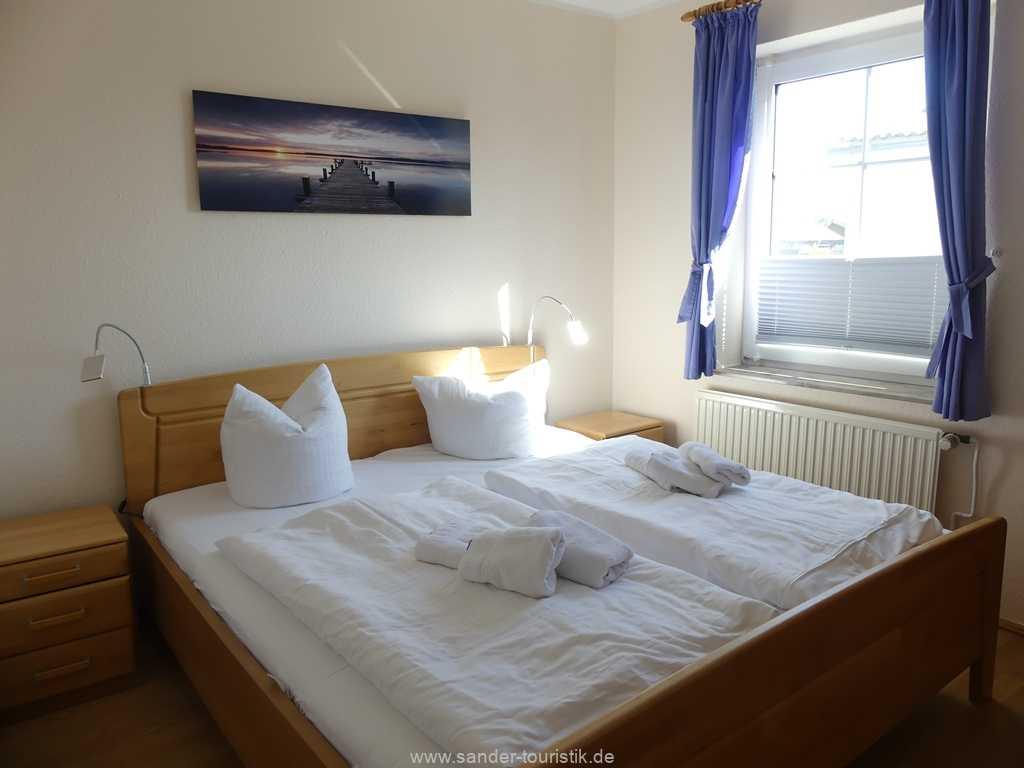 Schlafzimmer mit Doppelbett, Ferienhaus Möwe