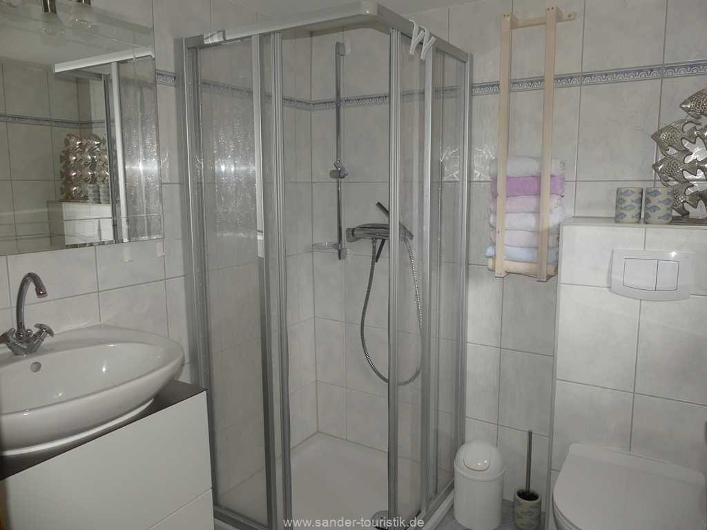 Parterre im Ferienhaus: Badezimmer mit Dusche und WC