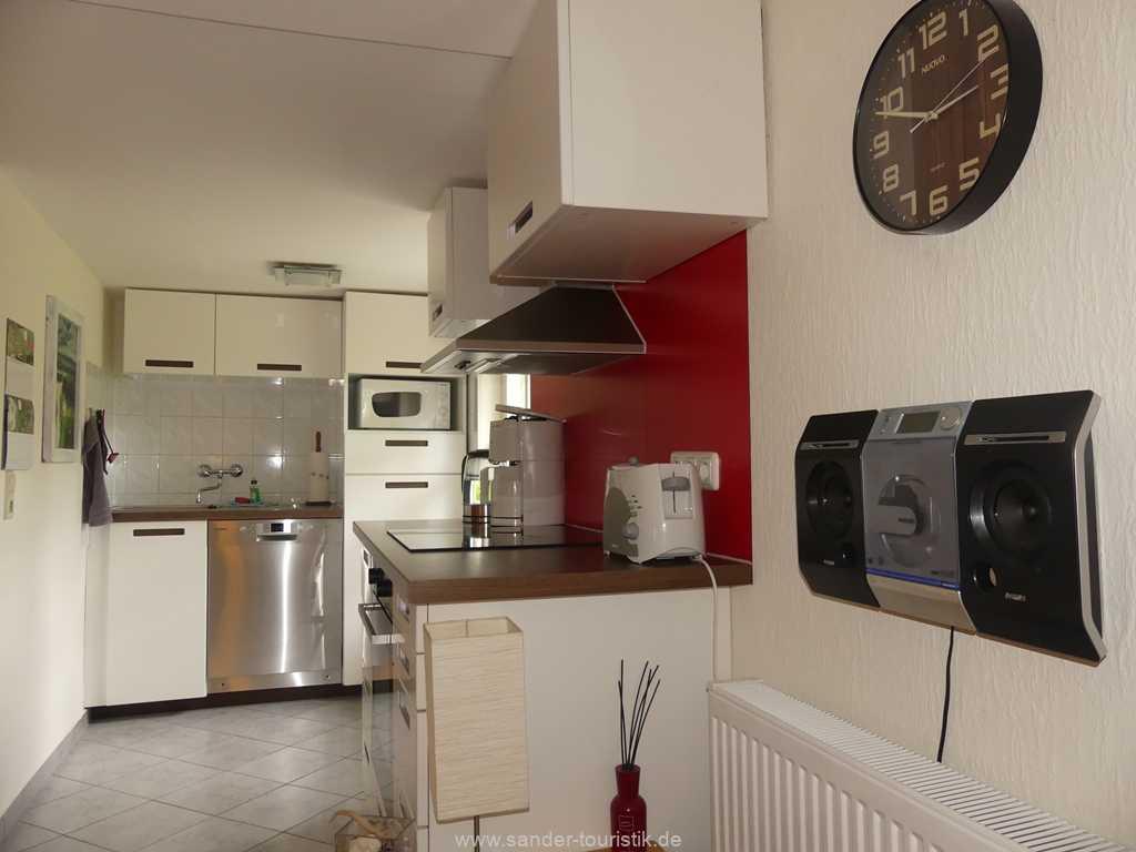 Räumlich abgetrennter Küchenbereich mit Spülmaschine