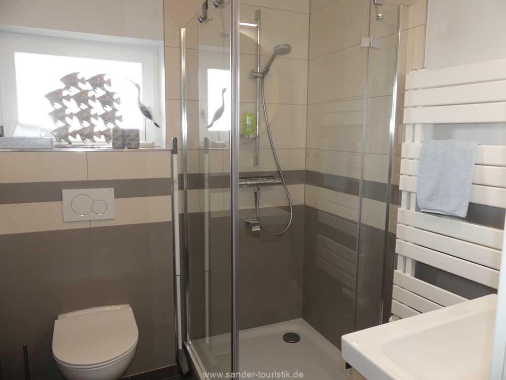 Badezimmer in Erdgeschoss mit Dusche und WC