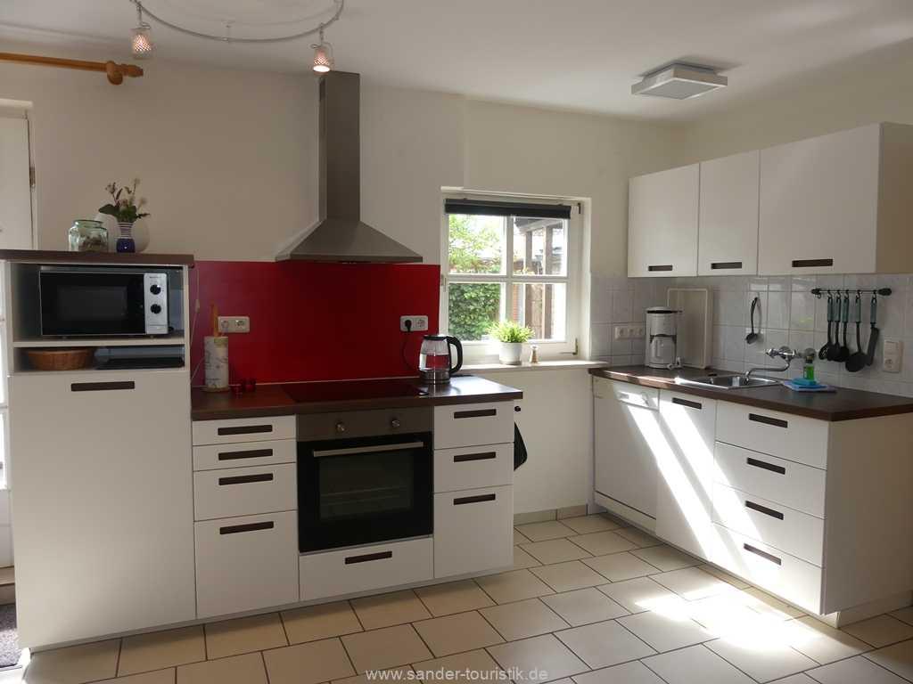 Räumich abgeternnte und gut ausgestattete Küche mit Spülmaschine