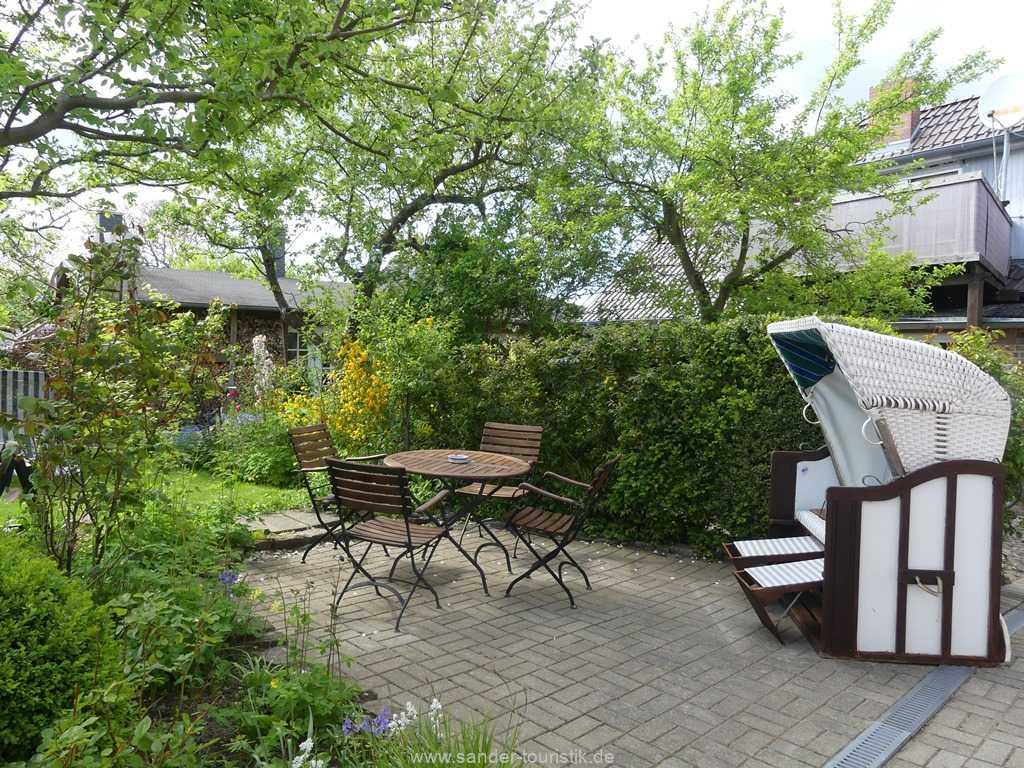 Blick vom Garten des Ferienhauses auf die möblierte Terrasse
