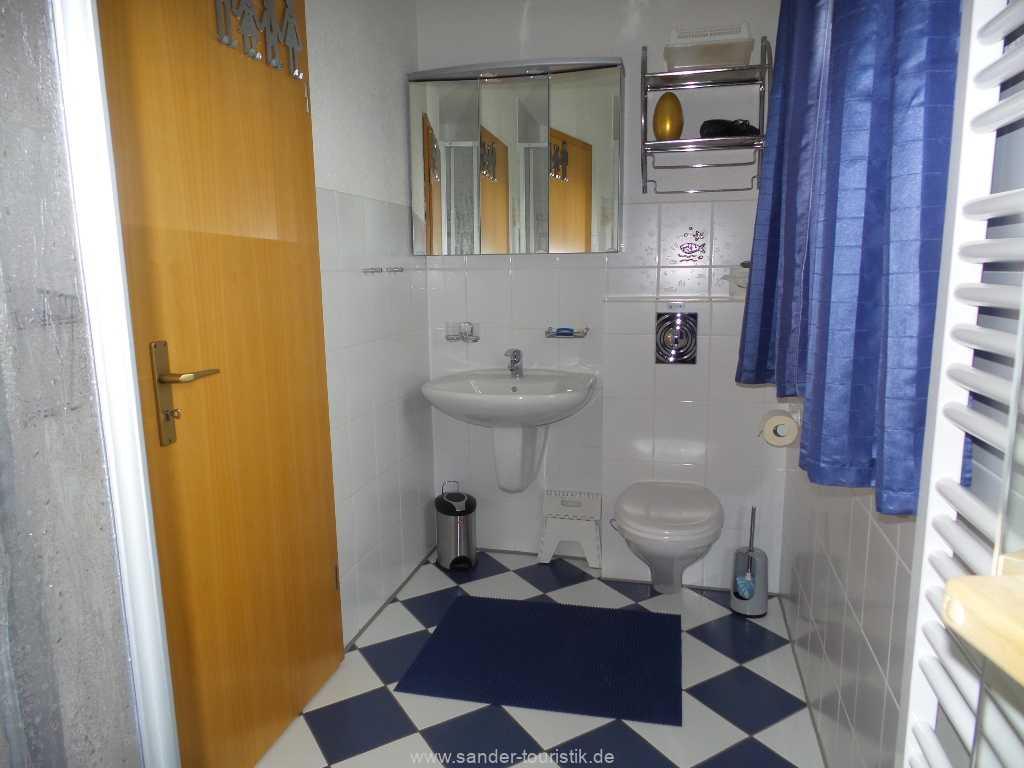 Parterre Bad mit Dusche, Waschbecken und WC