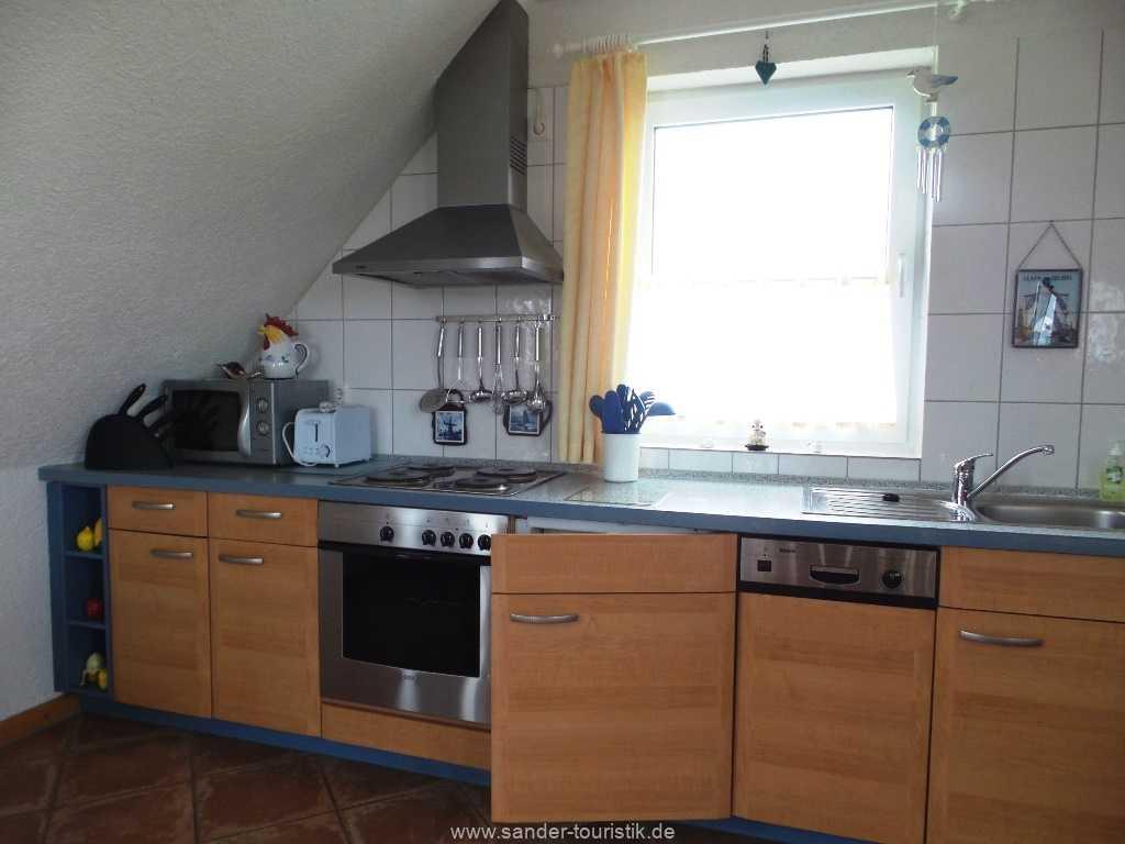 Küche mit E-Herd, Spülmaschine und Mikrowelle